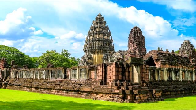 vídeos de stock, filmes e b-roll de lapso de tempo do parque histórico de phimai, tailândia - phimai