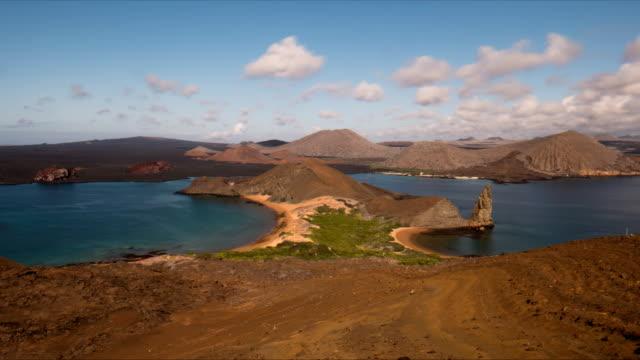 vídeos de stock e filmes b-roll de time lapse of pinnacle rock and isla bartolome in the galapagos - arquipélago