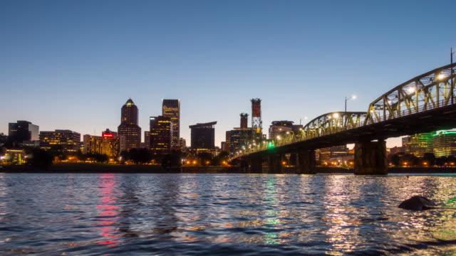vidéos et rushes de laps de temps de portland oregon downtown city skyline - carte postale
