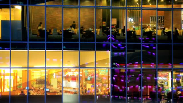 vídeos de stock, filmes e b-roll de intervalo de tempo do restaurante cafe do exterior à noite - festa da empresa