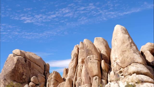 時間経過の岩岩砂色と青い空、ジョシュア ツリー国立公園 - ジョシュアツリー国立公園点の映像素材/bロール