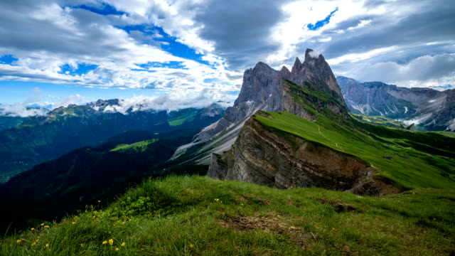 time lapse of seceda mountain in the dolomites, italy - vetta video stock e b–roll