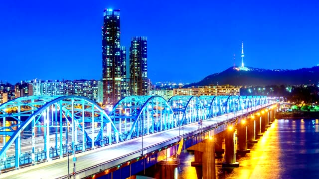 vídeos y material grabado en eventos de stock de lapso de tiempo del horizonte de la ciudad de seúl en dongjak puente y río de han en seúl, corea del sur. - corea