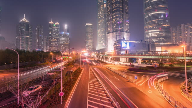 stockvideo's en b-roll-footage met time-lapse van shanghai at night - maximumsnelheid bord