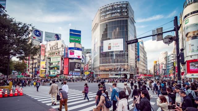 渋谷交差点横断歩道ラッシュアワーより多くの人々とのタイムラプス 、 東京日本 - 交差点点の映像素材/bロール
