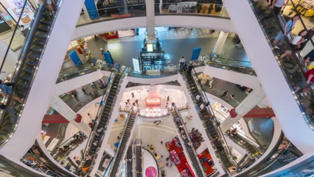 vídeos de stock, filmes e b-roll de lapso de tempo da escada rolante do shopping center - shopping center