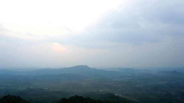Time lapse Of Sky and Cloudscape Moving On The Mountain. - vídeo