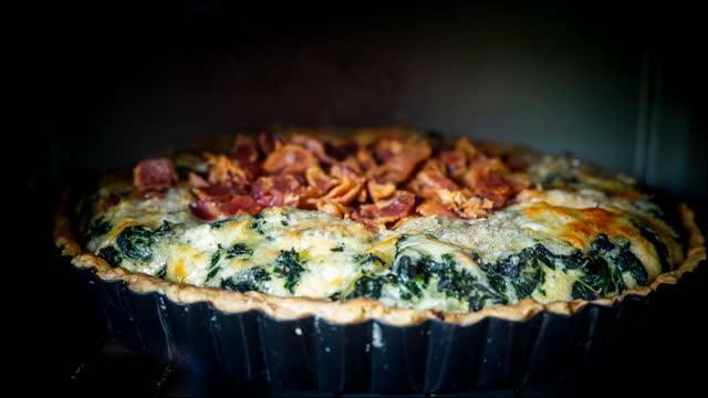 vídeos de stock e filmes b-roll de time lapse of spinach quiche in oven. - assado no forno