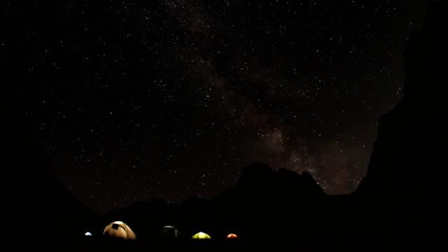 山で星空の時間経過。 - 星型点の映像素材/bロール