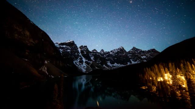 tidsinställd stjärnor ovanför moraine lake en sommarnatt - klippiga bergen bildbanksvideor och videomaterial från bakom kulisserna