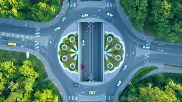 vidéos et rushes de laps de temps de vue aérienne drone immobile, regardant vers le bas sur le rond-point de la ville - rond point