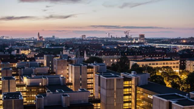 4k tid förflutit i stockholms stadsbild i skymningen. utsikt över stadens skyline ochkontorsbyggnader - stockholm bildbanksvideor och videomaterial från bakom kulisserna