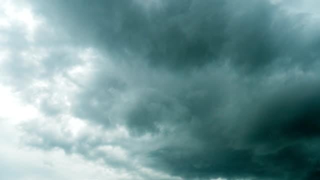 vidéos et rushes de laps de temps de déplacement du nuage d'orage - ciel orageux