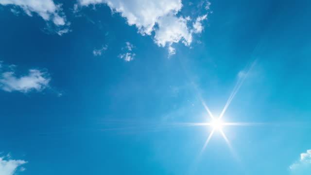vídeos de stock, filmes e b-roll de lapso de tempo 4k do raio de sun no céu azul com nuvem movente no vento - céu claro