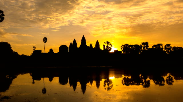 time lapse of sunrise at ankor wat, siem reap, cambodia - cambogia video stock e b–roll