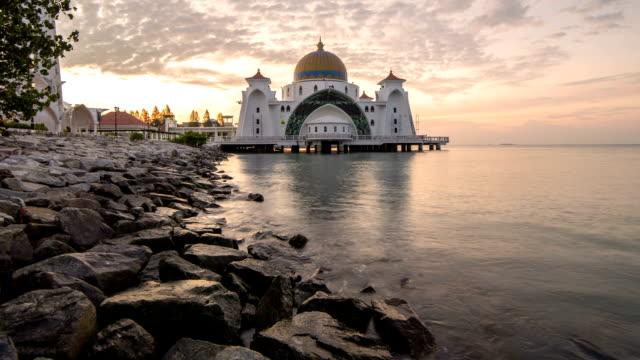 vídeos y material grabado en eventos de stock de lapso de tiempo del amanecer al estrecho de malacca mezquita flotante (masjid selat melaka). - eid mubarak