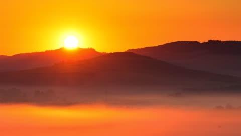 4k time lapse dell'alba al mattino nebbioso, toscana, italia - collina video stock e b–roll