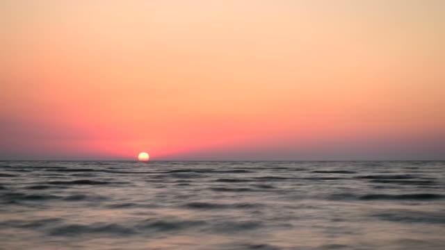 vídeos de stock e filmes b-roll de time lapse of sunrise at ocean or sea - linha do horizonte sobre água