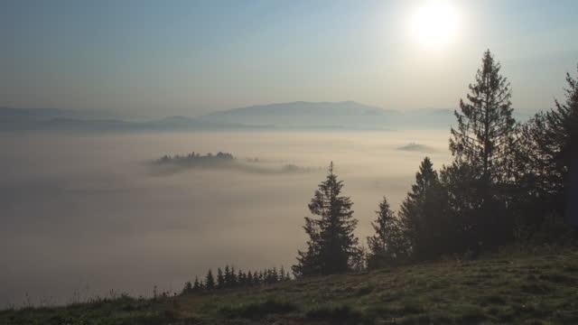 vídeos de stock e filmes b-roll de 4k time lapse of sunrise over fog in carpathian mountains with lens flare - linha do horizonte sobre terra