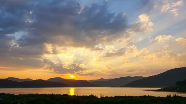 4 k tid förfaller av solnedgången vid mae kuang dam i chiang mai thailand (skjuten zoom) - kungen av thailand bildbanksvideor och videomaterial från bakom kulisserna