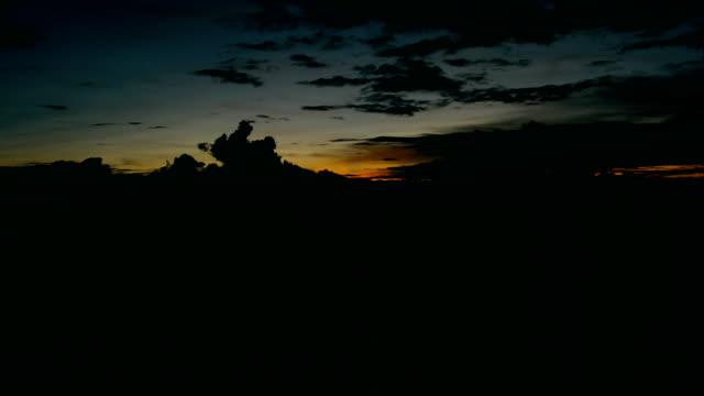 zeitraffer des sonnenuntergangs in pa bong pang village, chiang mai province, thailand - strohhut stock-videos und b-roll-filmmaterial