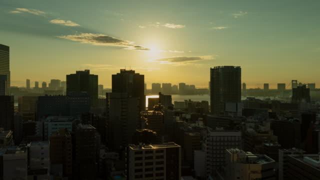 日の出時に東京の密集した建物のタイムラプス - 夜明け点の映像素材/bロール