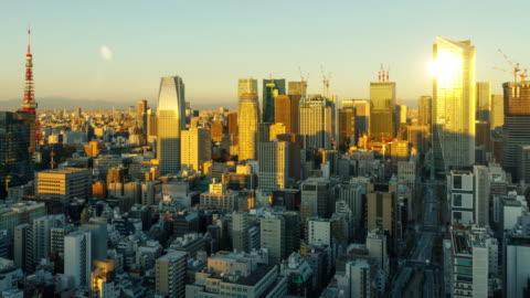 vidéos et rushes de time lapse des bâtiments densément emballe sais de tokyo au japon au lever du soleil - japon