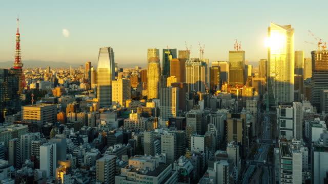 日の出時に東京の密集した建物のタイムラプス - 東京点の映像素材/bロール