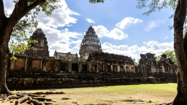 vídeos de stock, filmes e b-roll de lapso de tempo do santuário interno do prasat hin phimai, templo khmer antigo complexo ou marco na província de nakhon ratchasima, tailândia - phimai