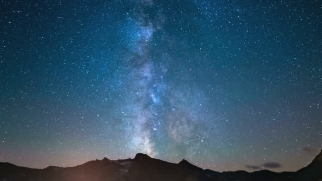 vídeos de stock e filmes b-roll de time lapse of the milky way rotating over the alps - sky
