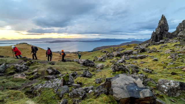 time lapse of the old man of storr with some hiking in the morning - highlands scozzesi video stock e b–roll