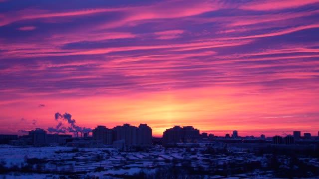 tidsinställd av röda soluppgång eller solnedgång i staden i vinter ros - pink sunrise bildbanksvideor och videomaterial från bakom kulisserna