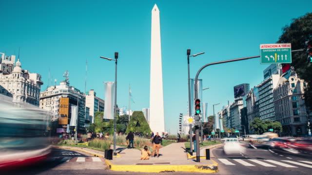 obelisco de buenos aires tarafından acele trafik zaman atlamalı - obelisk stok videoları ve detay görüntü çekimi