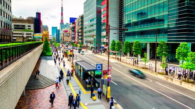 lasso di tempo di tokyo piede e veicolo traffico nella daimon district. torre di tokyo è in background - daimon video stock e b–roll