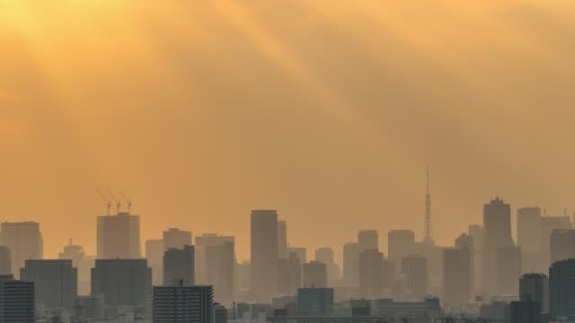 stockvideo's en b-roll-footage met 4k time lapse van tokyo skytree lokaliseren met verschillende gebouw stadsbeeld bij zonsondergang tijd die sunbeam hebben van tower hall funabori observatietoren, japan - tokio kanto