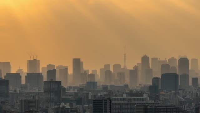 stockvideo's en b-roll-footage met 4k time lapse van tokyo skytree lokaliseren met verschillende gebouw cityscape bij zonsondergang tijd die hebben zonnestraal van tower hall funabori observatietoren, japan - tokio kanto