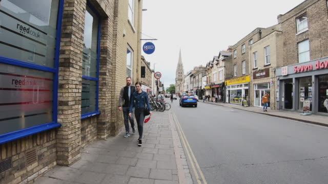 zeitraffer von tourist pedestrian überfüllt zu fuß im stadtzentrum von cambridge uk - pfand stock-videos und b-roll-filmmaterial