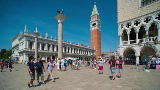 Zeitraffer der Touristen zu Fuß am Markusplatz, Venedig – Video