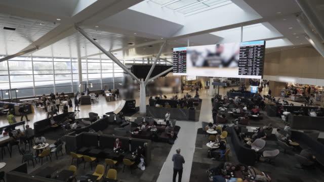 Zeitraffer der Touristen zu Fuß am Flughafen Sydney – Video