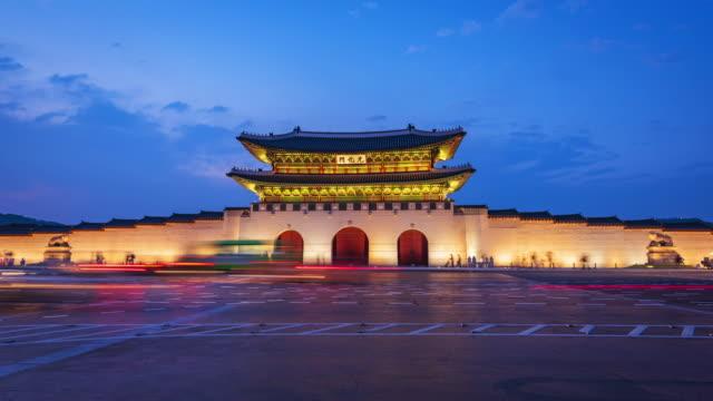 vídeos de stock, filmes e b-roll de lapso de tempo dos turistas que pululam pelo gyeongbokgung palácio na cidade de seul, korea.zoom do sul - coreia
