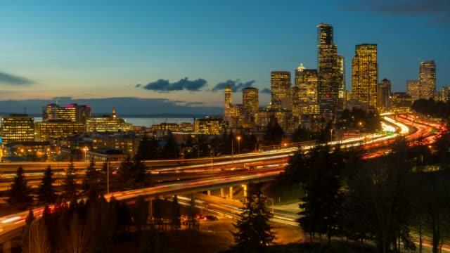 일몰 밤에 시애틀에서 고속도로에서 신호등 도로의 시간 경과 - seattle 스톡 비디오 및 b-롤 화면