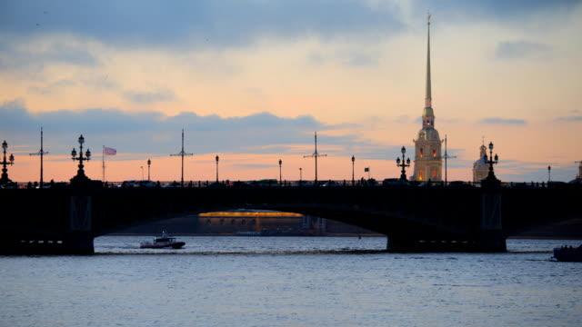 tidsfördröjning för trafik på trinity bron i sankt-petersburg, ryssland - peter and paul cathedral bildbanksvideor och videomaterial från bakom kulisserna