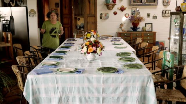 vídeos y material grabado en eventos de stock de lapso de tiempo de dos mujeres poniendo una mesa grande para una cena - pascua judía