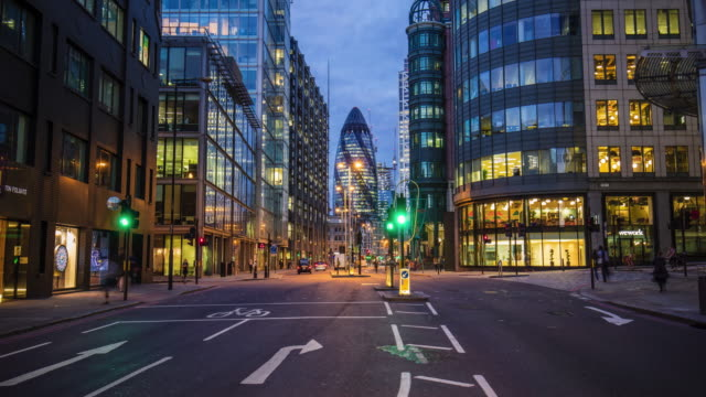 vídeos de stock e filmes b-roll de time lapse of vehicles moving on street against 30 st mary axe - exposição longa