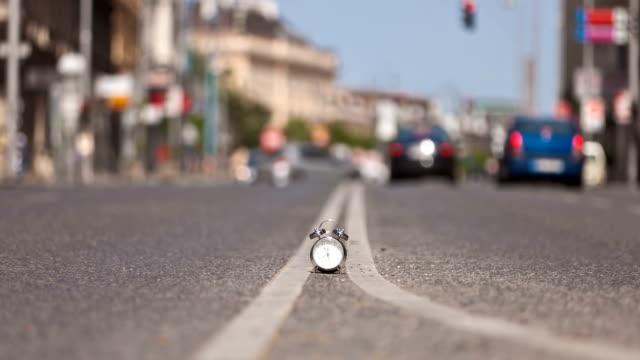 vídeos de stock e filmes b-roll de time lapse de alarme relógio vintage na rua ocupado - climate clock