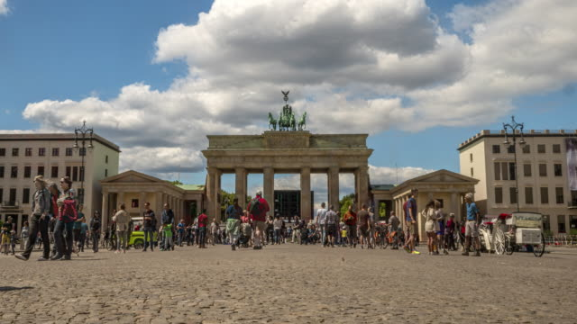 vídeos de stock e filmes b-roll de time lapse of visitors at brandenburg gate in berlin - berlin wall