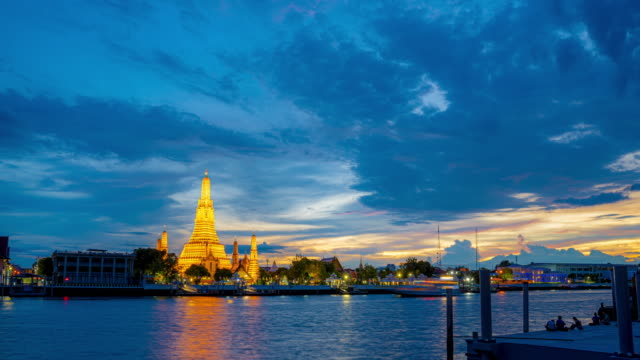 4k time lapse of wat arun temple at sunset. wat arun or known as temple of dawn is a buddhist temple located in bangkok yai district in bangkok, thailand - wat video stock e b–roll