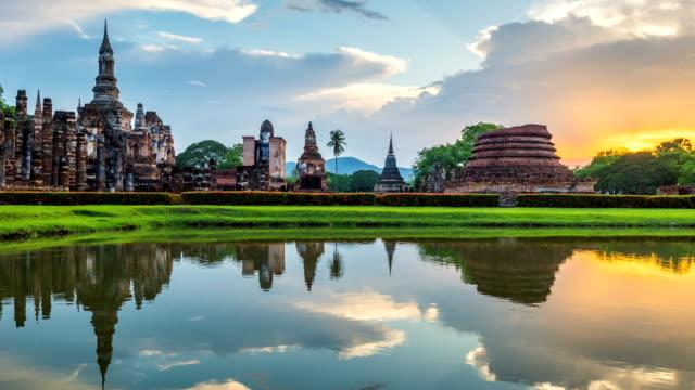time lapse of wat mahathat temple in the precinct of sukhothai historical park, wat mahathat temple is unesco world heritage site, thailand. 4k - obiekt światowego dziedzictwa unesco filmów i materiałów b-roll