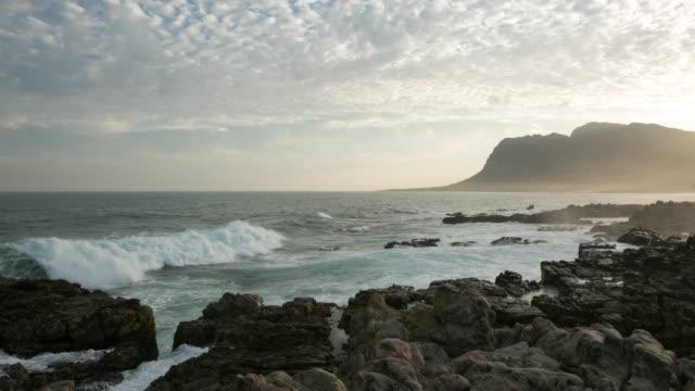 stockvideo's en b-roll-footage met 4k time-lapse van golven die breken tegen de rotsen - duurzaam toerisme