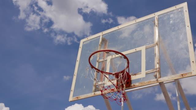 vídeos y material grabado en eventos de stock de lapso de tiempo antiguo aro de baloncesto con movimiento de la nube - basketball hoop